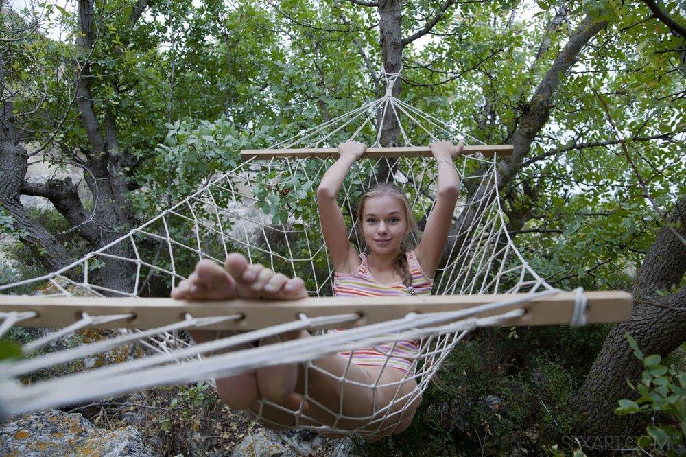 toe fetish hammock girl